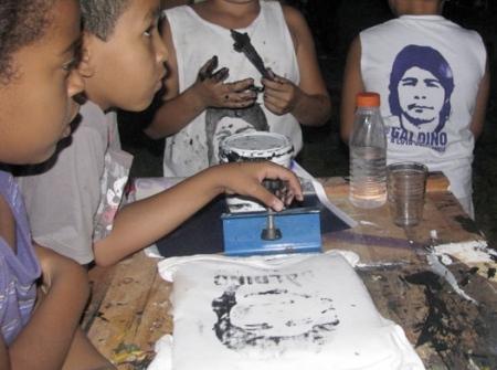 foto Fabdub. niños en Cohab 5 Malvina Sao Paulo Brasil haciendo sus propios Galdino camisetas