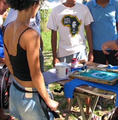 taller de serigrafía libre realizado por labomb hacer  camisetas de Galdino